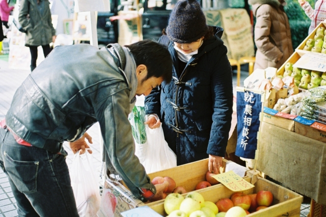 Morning Society – 駐車場と野菜の物々交換